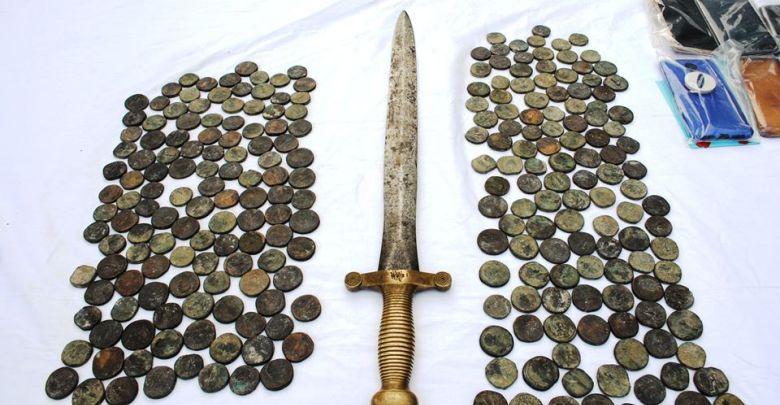 Photo of Récupération de 293 pièces et d'une épée antique rare de l'ère Numide suite à l'arrestation de trafiquants en Algérie
